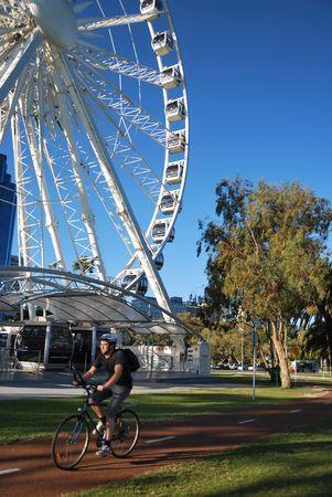 ferriswheel: Perth, aprile, 20, 2010 - persone che esercitano nella vicina della ruota panoramica-a Perth, Australia