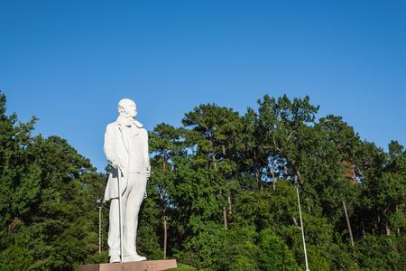 La estatua gigante de Sam Houston localizó cerca de la carretera I-45 en Texas, cielo claro azul de los EEUU Político y soldado estadounidense, mejor conocido por su papel en traer a Texas a los Estados Unidos como estado constituyente