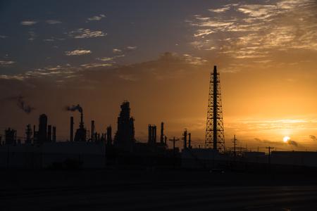 destilacion: Silueta refinería de petróleo al amanecer. Fábrica de petróleo, torre de planta petroquímica, chispas de gas, pilas de humo y maquinaria en Corpus Christi, Texas, EE.UU. Fondo de la industria petrolera.
