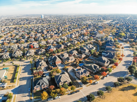Bovenaanzicht rij eengezinswoningen in woonwijk met fa Stockfoto