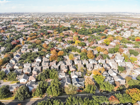 Panoramic top view urban sprawl suburbs Dallas during autumn season 免版税图像