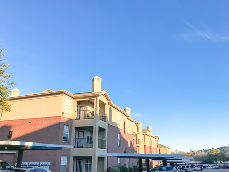 Typical apartment complex with cars at covered parking in Texas, America Stockfoto