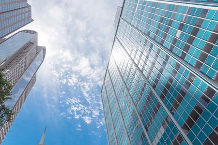 Vista de ángulo de perspectiva baja de los horizontes de Dallas con cielo azul de nubes
