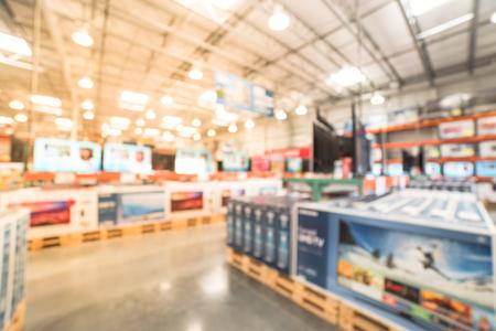 Verschwommene Hintergrundreihe moderner Fernseher in der elektronischen Abteilung des Großhandelsgeschäfts