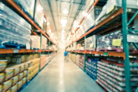 Client d'arrière-plan flou faisant ses courses dans un magasin de gros à grande surface en Amérique Banque d'images