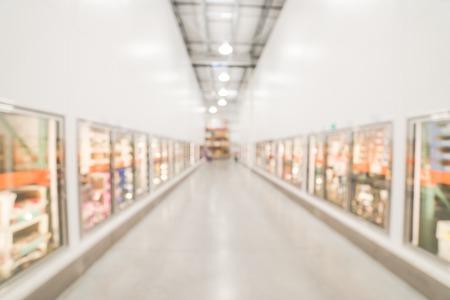 Puerta de vidrio de fondo borroso pasillo de alimentos congelados en big-box store en EE.