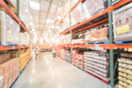 Rozmyte tło zakupy klientów w wielkopowierzchniowej hurtowni w Ameryce
