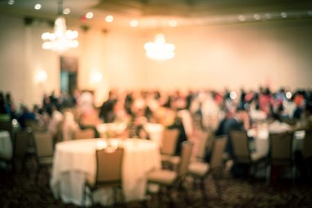 Arrière-plan flou personnes diverses au dîner de gala dans la salle de banquet de l'hôtel Banque d'images