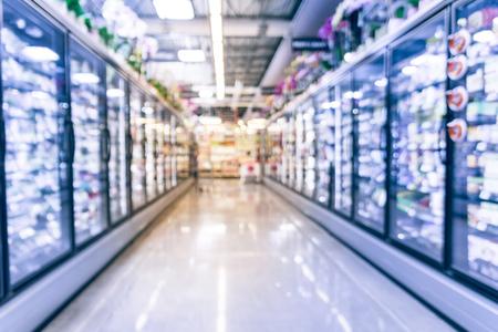 Sfondo sfocato selezione di alimenti congelati e lavorati al negozio di alimentari americano Archivio Fotografico
