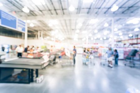 Mouvement flou longue file de clients au comptoir de caisse en Amérique. Concept d'acheteurs occupés en attente au magasin de gros pendant le week-end.
