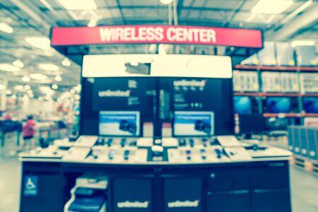 Immagine filtrata sfondo sfocato varietà di telefoni cellulari nel negozio all'ingrosso americano
