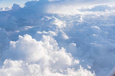 Schöne und ungewöhnliche Altocumulus- oder Cirrocumulus-Wolkenformation, die bei Sonnenaufgang vom Flugzeugfenster aus gesehen wird. Skyline-Blick über den Wolken aus der Luft Standard-Bild