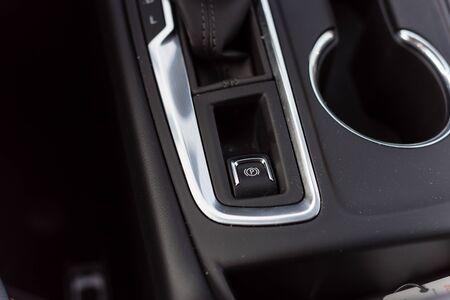 Primer plano del botón EPB del freno de estacionamiento electrónico en un automóvil moderno. Foto de archivo