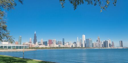 Panorama view lakefront Chicago skylines with trees from the park of Northerly Island along the shore of Lake Michigan Standard-Bild - 129318794