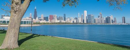 Panorama view lakefront Chicago skylines with trees from the park of Northerly Island along the shore of Lake Michigan Standard-Bild - 129318661
