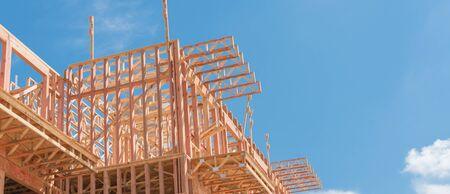Vista panoramica vista ad angolo basso del moderno edificio condominiale con ampio patio in costruzione vicino a North Dallas, Texas. Casa in legno con struttura in legno, capriata, travetto, cielo blu della nuvola del primo piano del fascio