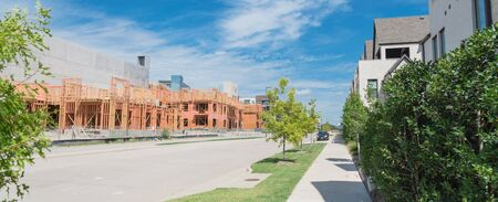 Panorama view brand new development community in North Dallas, Texas, USA with mixed of single family detached residential houses and upscale multistory apartment building under construction Stockfoto