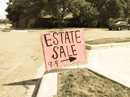 Estate sale sign at suburban neighborhood near Dallas, Texas, America. Lawn sale sign on the sidewalk near local drive intersection Stockfoto - 131436054