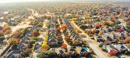 Panorama lakeside residential neighborhood in Dallas with new two story single family houses colorful fall foliage. Bright orange color along local street and drive way, beautiful Texas autumn scene Banco de Imagens
