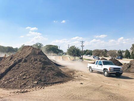 Camion di consegna e mucchio gigante di compost, pacciame, sabbia, ghiaia, terra, pietra per la vendita all'ingrosso. Mangimi biologici di provenienza locale e miscelati. Paesaggio, grossista di materiali da giardinaggio vicino a Dallas, Texas, USA