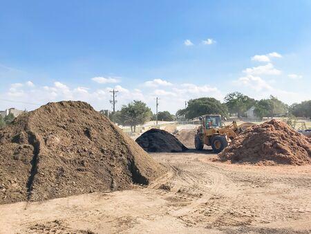 Mucchio gigante di compost, pacciame, sabbia, ghiaia, terra, pietra per la vendita all'ingrosso. Mangimi biologici di provenienza locale e miscelati. Grossista di materiali per il giardinaggio e il paesaggio vicino a Dallas, Texas, USA.