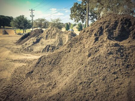 Giant pile of compost, mulch, sand, gravel, soil, stone for bulk sale. Locally sourced and blended organic feed stocks. Landscape and gardening materials wholesaler near Dallas, Texas, USA. Archivio Fotografico