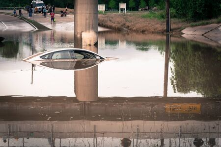 Unidentified people witness swamped car by flood water near downtown Houston, Texas. Banque d'images