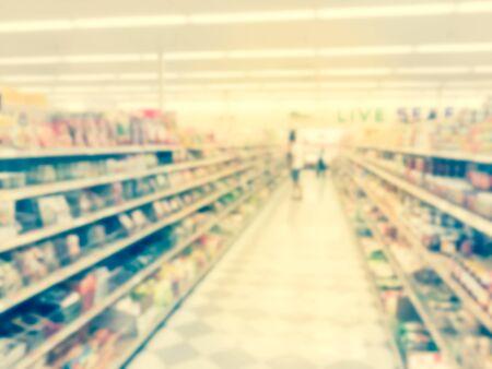 Movimiento borroso del cliente de compras en el supermercado asiático en Houston, Texas, EE.