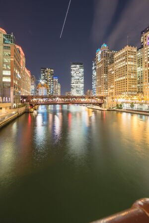 Riverside Chicago skylines at blue hour along Wells Street Imagens - 137999426
