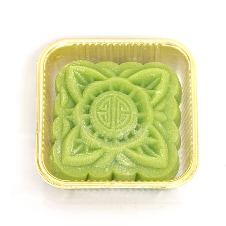 Köstlicher Matcha-Grüntee-Schneehaut (Banh Deo) Mondkuchen in durchsichtigem Plastikbehälter lokalisiert auf weißem Hintergrund. Vietnamesisches traditionelles Begrüßungsessen im Herbst, Kopienraum Standard-Bild