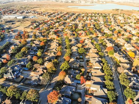 Top view lakeside residential subdivision houses with colorful autumn leaves near Dallas, Texas Banco de Imagens