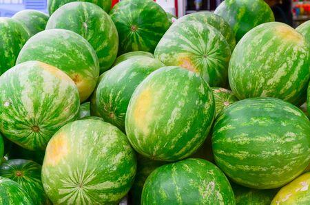 Gruppe frischer biologisch angebauter Wassermelonen auf dem Bauernmarkt in Puyallup, Washington, USA. Eine Nahaufnahme voller l Rahmen von ganzen Sommerfrüchten. Standard-Bild