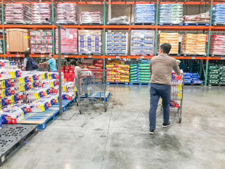 LEWISVILLE, TX, US-FEB 3, 2020: Shoppers stocking bottled water at Costcow Warehouse store. Coronavirus Covid-19 sends people into panic-buying mode Éditoriale