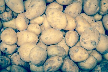Close-up view group of potatoes with soil dirt at market stand in Little India, Singapore 版權商用圖片