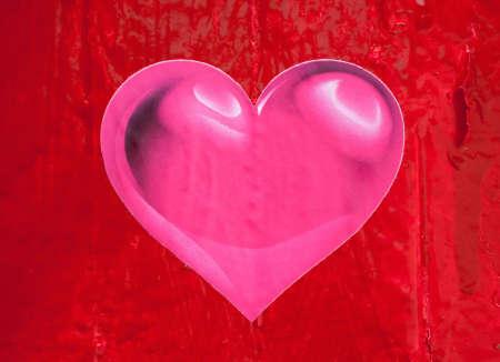 plastic heart: Cuore di plastica rosa sul vecchio recinto rosso
