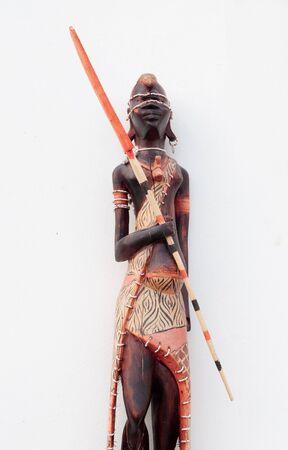 wood figurine: Madera mu�eca estatuilla africana sobre fondo blanco