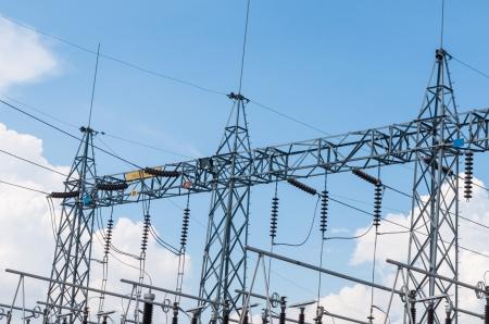 zelektryzować: Podstacja elektryczna moc wysokiego napięcia z linii energetycznej z błękitnego nieba. Zdjęcie Seryjne