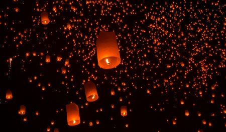 Floating lantern in Yee Peng festival, Buddhist floating lanterns to the Buddha  in Sansai district, Chiang Mai, Thailand. Reklamní fotografie - 23770890