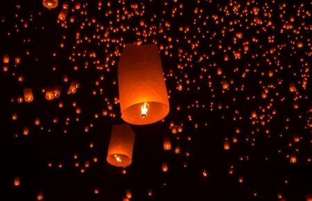 Floating lantern in Yee Peng festival, Buddhist floating lanterns to the Buddha  in Sansai district, Chiang Mai, Thailand. Reklamní fotografie
