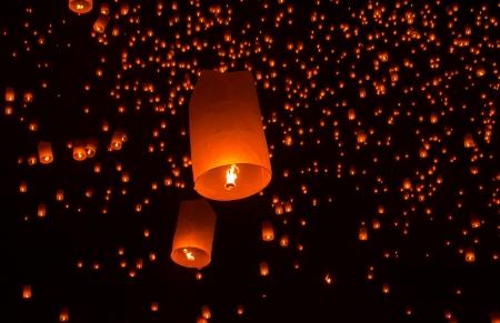 Floating lantern in Yee Peng festival, Buddhist floating lanterns to the Buddha  in Sansai district, Chiang Mai, Thailand. Reklamní fotografie - 23770919