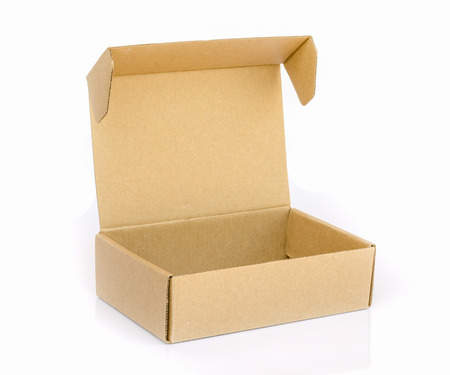scatola di cartone isolato su uno sfondo bianco. Archivio Fotografico