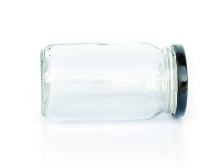 colourless: Vaciar recipiente de vidrio incoloro aislado en fondo blanco.