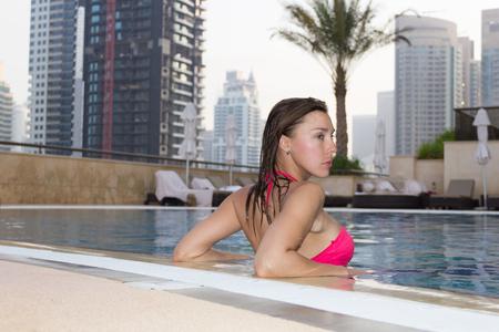 cuerpo femenino: Mujer joven en una piscina