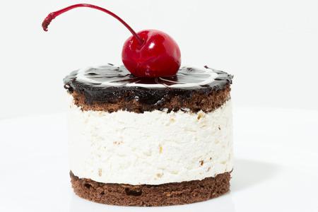 cereza: pastel de chocolate con cereza en la parte superior de la formaci�n de hielo Foto de archivo