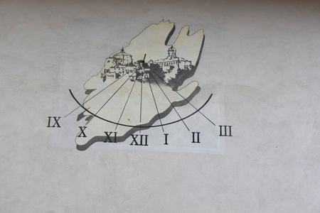 numeros romanos: reloj solar con n�meros romanos en Piamonte Italia Foto de archivo