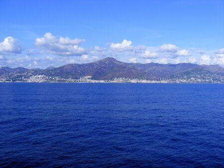 paisaje mediterraneo: Vista panor�mica del mar costa Liguria, G�nova puerto