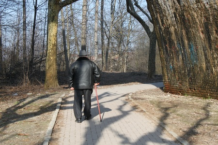 The old man of Italy stands in a park with a walking stick Reklamní fotografie