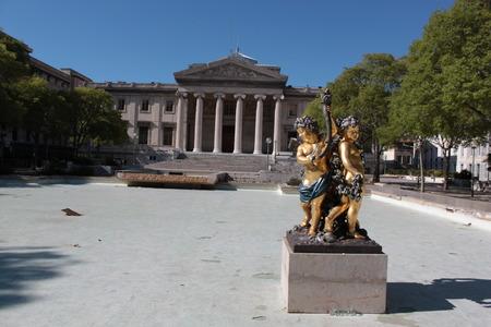 admonester: statues d'ange de gar�on dor� � Marseille