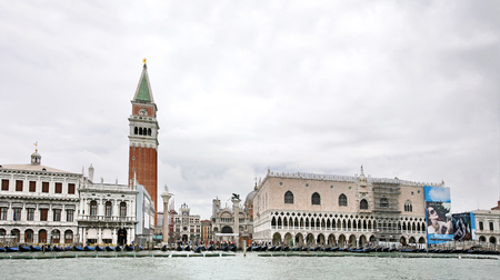 VENICE, ITALY - MAY 8, 2010: View of the great Canal in Venice, Italy. Doge's Palace or Palazzo Ducale and Mark's Campanile Banque d'images - 104795861