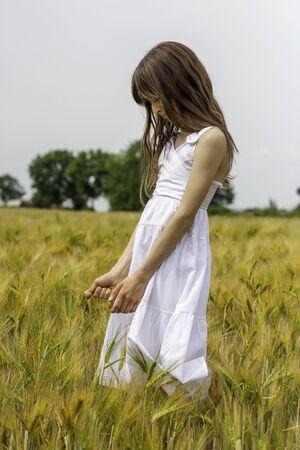 Meisje met jurk in maïsveld Stockfoto